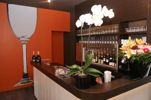 distributeur de vin au verre by the glass au bistrot du ch teau. Black Bedroom Furniture Sets. Home Design Ideas